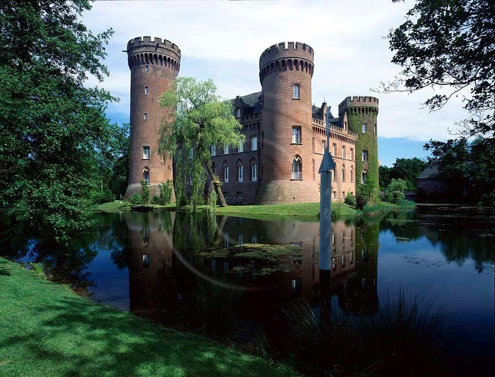 Bedburg-Hau, Kreis Kleve, Niederrhein, Regierungsbezirk Düsseldorf, Blick auf Museum, Schloss, Wasserschloss, Moyland mit Schlossteich