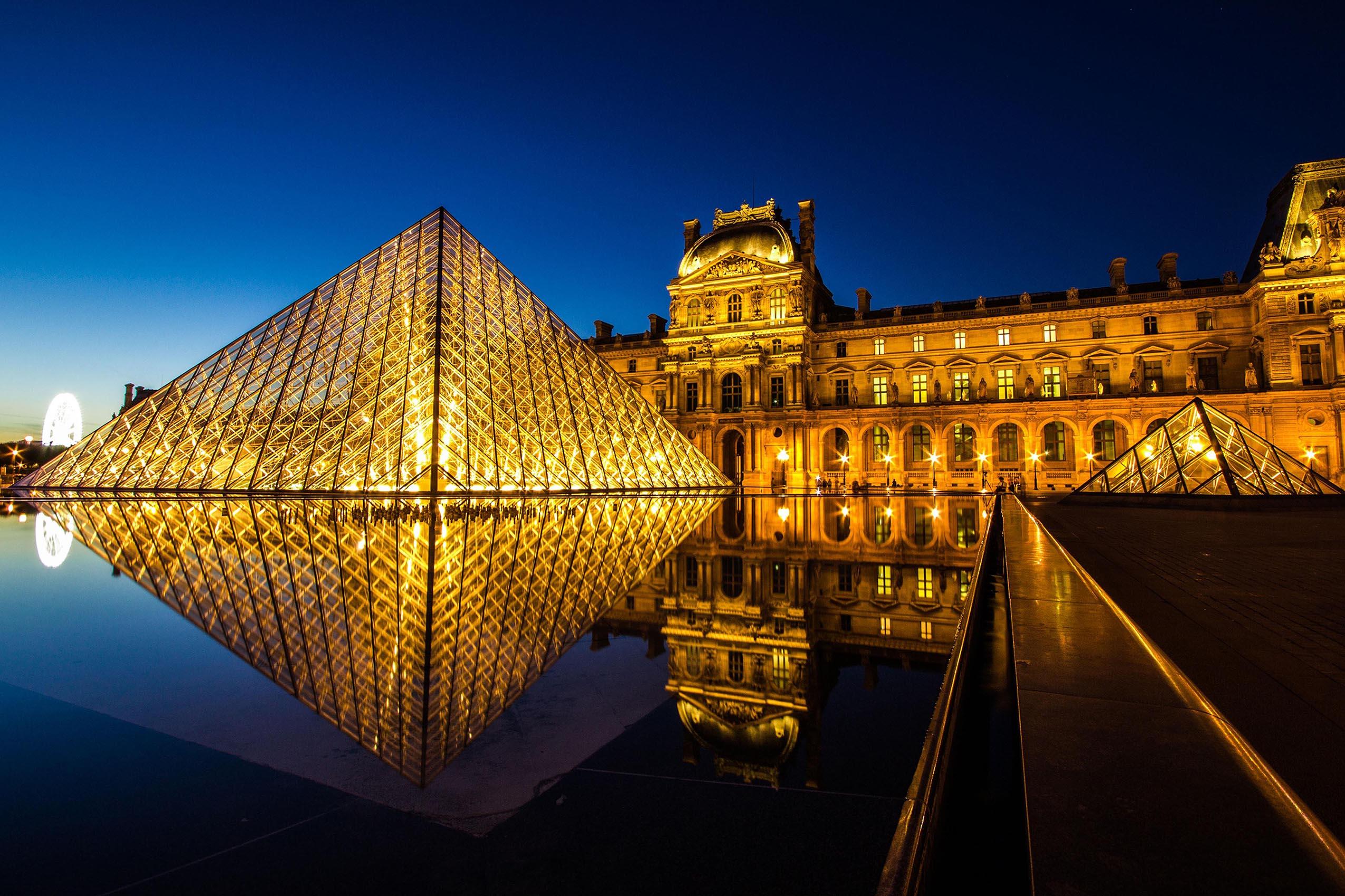parigi-louvre-museum-at-night